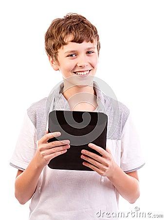 Adolescente feliz con el ordenador de la tablilla