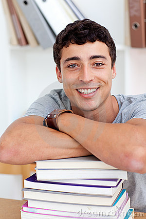 Adolescente feliz estudiando muchos libros