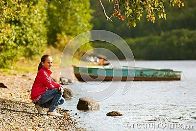 Adolescente-muchacha cerca del río