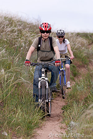 Adolescente na bicicleta de montanha