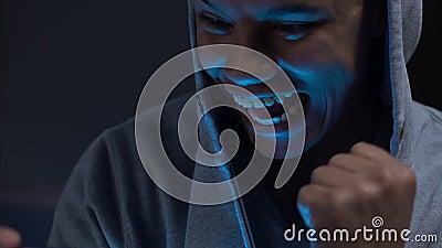 Adolescente negro que juega al juego del smartphone en la oscuridad, apego malsano del artilugio almacen de video