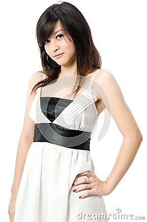 Adolescente no vestido branco