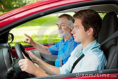 Adolescente que aprende conduzir
