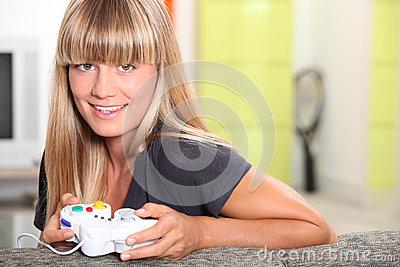 Adolescente que juega a los juegos video
