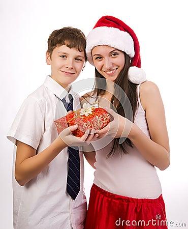 Adolescente que recebe um presente