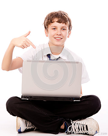 Adolescente que señala a la computadora portátil