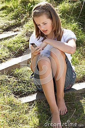 Adolescente que usa al jugador mp3