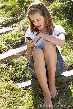 Adolescente que usa o jogador mp3