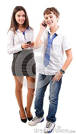 Adolescente que usa telefones