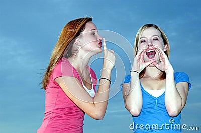 Adolescente shushing el amigo ruidoso