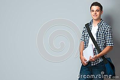 Adolescente sonriente con una cartera