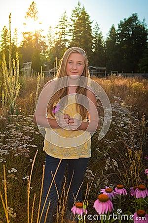 Adolescente in un paesaggio suburbano o rurale