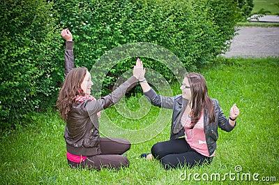 Adolescentes alegres das meninas