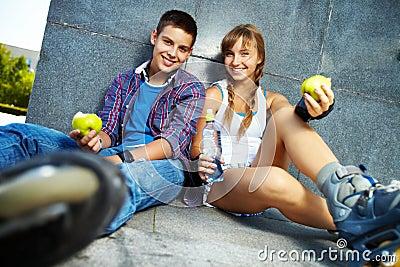 Adolescentes com maçãs