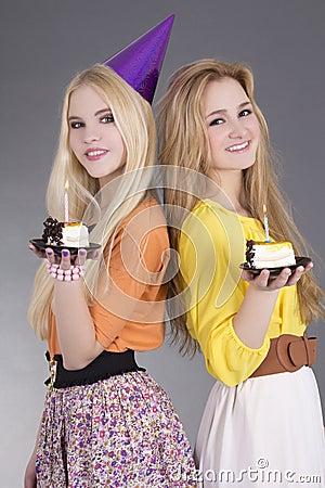 Adolescentes con las tortas de cumpleaños