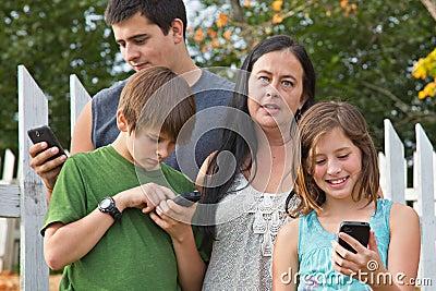 Adolescentes em telemóveis