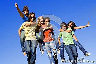 Adolescentes felizes, sobreposto do grupo