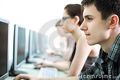 Adolescentes no Internet-café