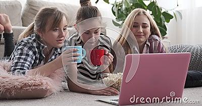 Adolescentes observant le contenu de médias sur l'ordinateur portable tout en ayant des casse-croûte à la maison banque de vidéos