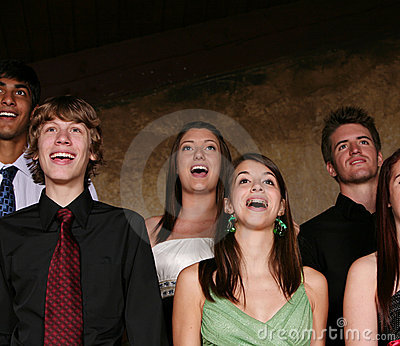 Adolescentes que cantam no concerto