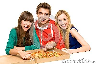 Adolescentes que comem a pizza