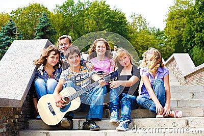 Adolescentes que jogam a guitarra