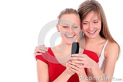 Adolescentes usando o telefone de pilha