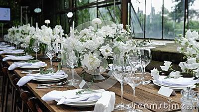 Adornamiento de una tabla festiva Casarse la decoración de la tabla con los ramos de flores frescas naturales para un banquete de almacen de metraje de vídeo