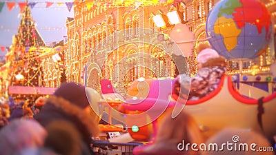 Adulti e bambini sconosciuti visitano il Capodanno e il Bazar di Natale nella Piazza Rossa di Mosca, Russia video d archivio
