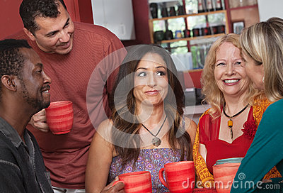 Adultos diversos alegres con café