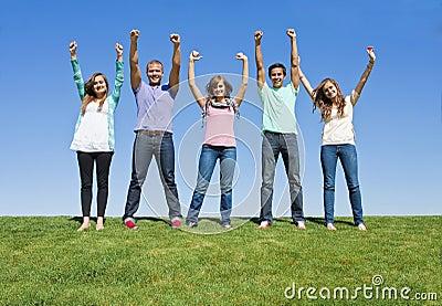 Adultos jovenes emocionados y felices