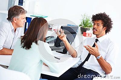 Adviseur die met andere collega s bespreekt
