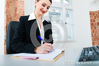 Advocaat in bureauzitting op de computer