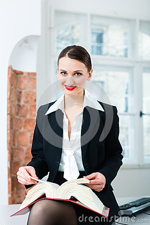 Advogado no livro de lei da leitura do escritório