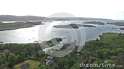 Aearial disparou na ilha de Dunvegan do Loch da paisagem de Skye Scotland Great Britain filme