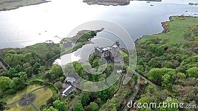 Aearial disparou na ilha de Dunvegan do Loch da paisagem de Skye Scotland Great Britain vídeos de arquivo