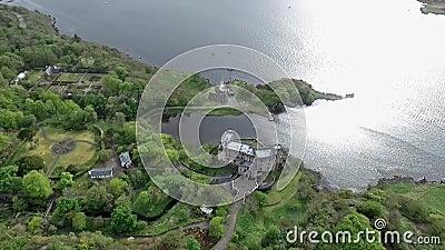 Aearial disparou na ilha de Dunvegan do Loch da paisagem de Skye Scotland Great Britain video estoque