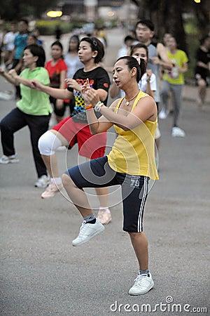 Aerbobics en un parque en Bangkok Fotografía editorial