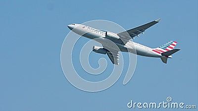 Aereo di American Airlines che vola per vacation destinazioni stock footage