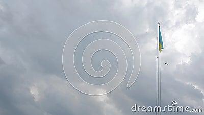 Aereo e bandiera dell'Ucraina stock footage