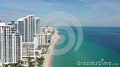 Aerial 4k beelden van gebouwen op het strand in Miami Beach stock footage