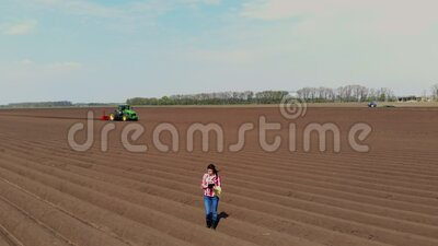 Aero Granjera, agrónomo está en el campo con filas especiales de tierra Ella prueba, usando tableta, la calidad de la automatizac almacen de metraje de vídeo