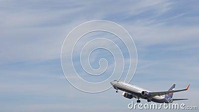 Aeroflot Boeing 737-800 entfernend und Gewinnungshöhe stock video