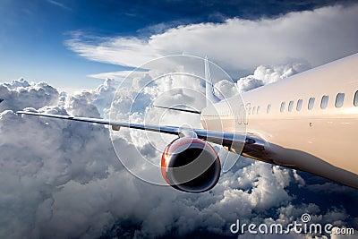 Aeroplano en cielo