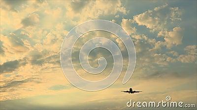 Aeroplano en el aterrizaje del cielo almacen de video
