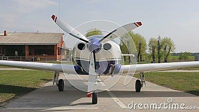Aeroplano en el campo de aviación metrajes
