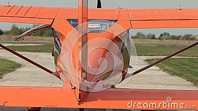 Aeroplano en el campo de aviación almacen de video