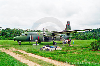 Aeroplano militare in giungla, Bolivia Fotografia Editoriale