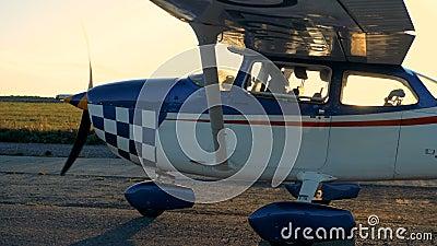 Aeroplano que va en un campo de aviación, vista lateral metrajes