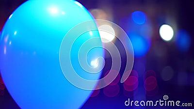 Aerostato illuminato con i riflettori variopinti che si muovono nell'interno festivo archivi video